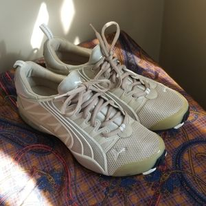 Puma tennis shoes tan / beige sneakers